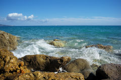 Le onde del mare hanno colpito la spiaggia pietrosa Immagine Stock Libera da Diritti