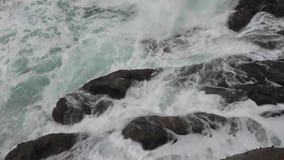 Le onde del mare hanno colpito le pietre video d archivio
