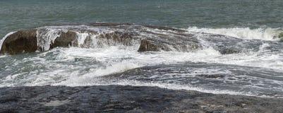 Le onde del mare lavano delicatamente le pietre Fotografia Stock Libera da Diritti