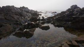 Le onde del mare rotolano sulla pietra durante il tempo stock footage