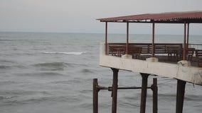 Le onde del mare si schiantano contro la roccia, le onde del mar Caspio stanno cadendo su una costruzione metallica rocciosa e ve archivi video