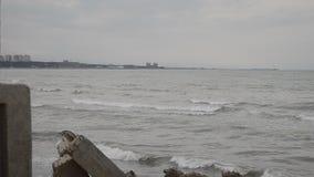 Le onde del mare si schiantano contro la roccia, le onde del mar Caspio stanno cadendo su una costruzione metallica rocciosa e ve video d archivio