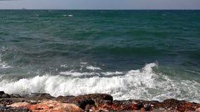 Le onde del mare si schiantano in una roccia archivi video