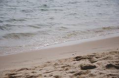 Le onde del mare spazzate sulla sabbia alla spiaggia fotografia stock