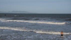 Le onde del mare vanno alla riva archivi video