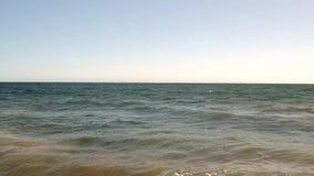 Le onde dell'estate si rompono su una spiaggia calda della California stock footage