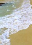 Le onde della spiaggia stanno rompendo alla riva Fotografie Stock