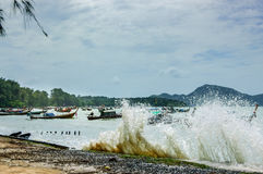 Le onde di alta marea si sommergono sopra la parete della spiaggia, Phuket, Tailandia Immagine Stock