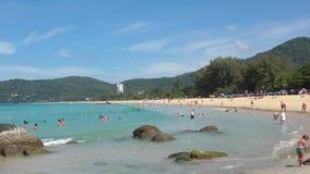 Le onde di azzurro hanno rotolato sulla sabbia della spiaggia di Karon video d archivio