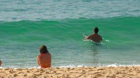 Le onde di azzurro hanno rotolato sulla sabbia della spiaggia di Karon stock footage