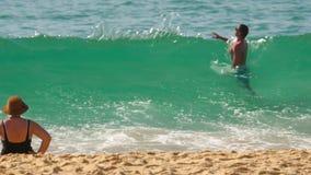 Le onde di azzurro hanno rotolato sulla sabbia della spiaggia di Karon archivi video