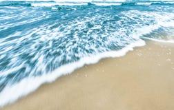 Fondo blu delle onde di oceano con la sabbia dorata. Fotografie Stock Libere da Diritti