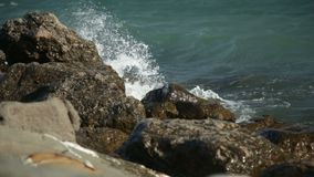 Le onde di oceano enormi fracassano contro le rocce stock footage