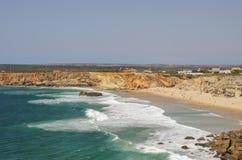 Le onde di oceano su Praia fanno la spiaggia di Tonel Vista dalla fortezza di Sagres, fotografie stock libere da diritti