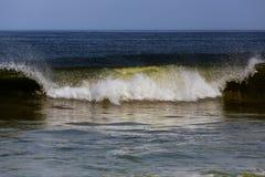 Le onde di schianto di un oceano di inverni Fotografie Stock