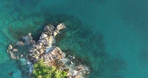 Le onde di vista aerea si rompono sulla spiaggia dell'isola al tramonto Le onde del mare sul bello fuco 4k 60 di vista aerea dell archivi video