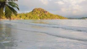 Le onde di vista si rompono sull'isola tropicale; spiaggia Onde del mare sulla bella isola Seychelles; movimento lento archivi video