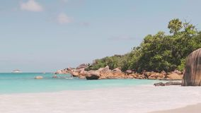 Le onde di vista si rompono sulla spiaggia dell'isola al tramonto Onde del mare sulla bella isola 4k 60 spiaggia di Anse Lazio di archivi video
