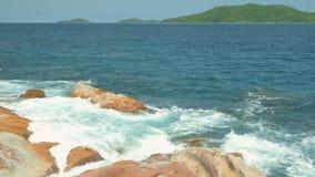 Le onde di vista si rompono sulla spiaggia tropicale dell'isola Onde del mare sulla bella isola Seychelles stock footage