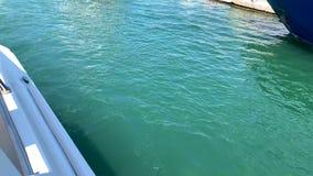 Le onde dietro l'yacht video d archivio