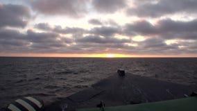 Le onde e la vista di superficie dell'acqua dall'arco spediscono in mare Glaciale Artico su nuova terra Vaigach stock footage