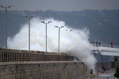 Le onde enormi hanno sommerso il frangiflutti di Varna Immagini Stock
