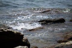 Le onde hanno battuto le rocce immagini stock