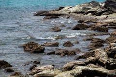 Le onde hanno battuto le rocce immagine stock libera da diritti