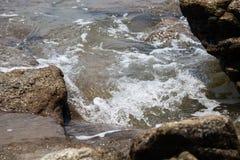 Le onde hanno battuto le rocce fotografia stock libera da diritti