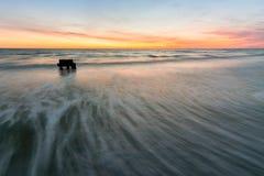Le onde hanno rotolato sulla riva di Mar Nero, fotografata con l'esposizione lunga, Anapa, Russia Fotografia Stock Libera da Diritti