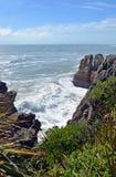 Le onde massicce a Punakaiki oscilla lo sguardo verso Karamea, nuovo Ze Immagini Stock