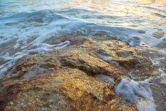 Le onde molli hanno colpito le rocce Fotografie Stock