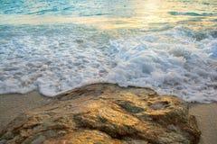 Le onde molli hanno colpito le rocce Immagine Stock Libera da Diritti