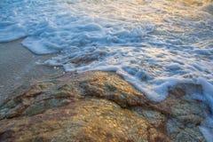 Le onde molli hanno colpito le rocce Immagine Stock