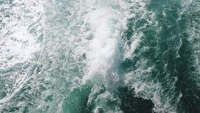 Le onde potenti hanno estratto dalla barca rapida, una corrente enorme di acqua blu profonda con schiuma bianca che aumenta su Mo video d archivio
