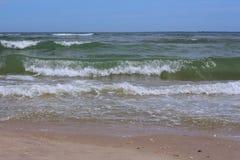 Le onde ricevute del mare fatte funzionare verso Immagini Stock Libere da Diritti