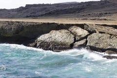 Le onde ricoperte bianco si schiantano a terra Fotografia Stock