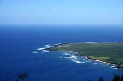 Le onde rotolano verso la penisola di Kalaupapa con l'aeroporto e Lighthou Fotografie Stock