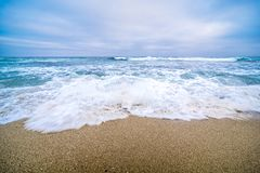 Le onde si precipitano su una spiaggia a San Diego Fotografie Stock Libere da Diritti