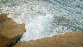 Le onde si schiantano contro la roccia sul mare video d archivio