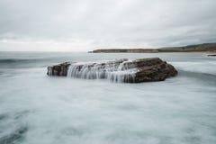 Le onde si schiantano su una spiaggia da quattro miglia a nord di Santa Cruz Fotografie Stock Libere da Diritti