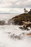 Le onde si schiantano sul molo San Juan Island Lighthouse delle rocce di Sharp Immagine Stock Libera da Diritti
