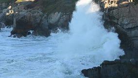 Le onde si schiantano sulla velocità quarta della costa della California stock footage