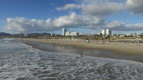 Le onde spumose avvolgono delicatamente al litorale archivi video