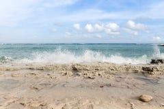 Le onde spumose dell'oceano azzurrato che si schiantano sulla costa bianca della sabbia allineano immagine stock