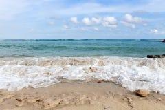 Le onde spumose dell'oceano azzurrato che si schiantano sulla costa bianca della sabbia allineano immagini stock libere da diritti