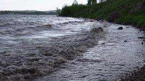 Le onde stanno lavando collega la riva del bacino idrico video d archivio