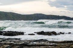 Le onde sulla costa in Verdicio tirano in Asturie Spagna Mare mosso in una spiaggia vergine con le rocce e schiuma alla sera Immagini Stock Libere da Diritti