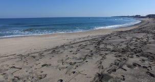 Le orme sulla sabbia nera sul Mar Nero costeggiano in Bulgaria Immagini Stock Libere da Diritti