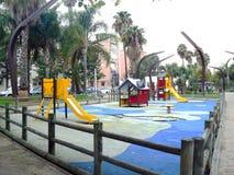 Le oscillazioni dei bambini in un parco a Cadice, Andalusia spain fotografia stock libera da diritti